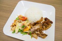 L'insalata piccante con le verdure delle uova fritte assaggia e fritto la carne di maiale fotografie stock