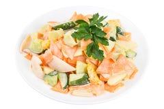 L'insalata saporita con il calamaro, verdure ed arancia, si è vestita con salsa su un piatto bianco Insalata in un piatto isolato Fotografia Stock Libera da Diritti