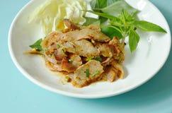 L'insalata tailandese arrostita piccante della carne di maiale mangia con la foglia ed il cavolo freschi del basilico sul piatto fotografie stock