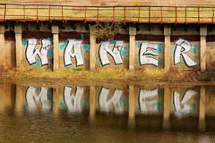 """L'inscription """"Waner """"sur le mur près de la rivière photo stock"""
