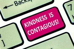 L'inscription de la note montrant la gentillesse est contagieuse La photo d'affaires le présentant met à feu le désir de l'échang photos libres de droits