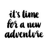 L'inscription de main-dessin : ` il temps du ` s pour un nouveau ` d'aventure, d'à l'encre noire sur un fond blanc illustration stock