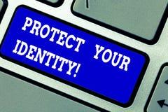 L'inscription des textes d'écriture protègent votre identité Signification de concept permettant l'intimité sur votre clavier soc images stock
