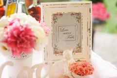 L'inscription du 'amour n'échoue jamais' des supports dans un vieux cadre en bois blanc Photographie stock libre de droits