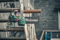 L'inscription est bienvenue sur la plaque en bois à l'entrée du vieux bâtiment Photographie stock libre de droits