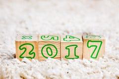 L'inscription 2017 a fait des cubes en bois se trouvant sur le tapis de Terry Image stock