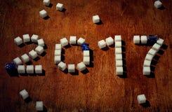 L'inscription 2017 a fait par le cube en sucre sur la table en bois Images libres de droits