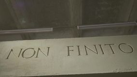 L'inscription qui des moyens ce n'est pas l'extrémité sur le mur gris D'isolement NON texte de FINITO, acronyme de Roman Empire a clips vidéos