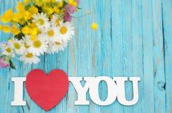 L'inscription sur l'amour en bois de fond au sujet des fleurs Image stock