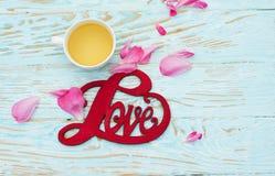 L'inscription sur l'amour en bois de fond au sujet des fleurs Images libres de droits