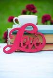 L'inscription sur l'amour en bois de fond au sujet des fleurs Photographie stock