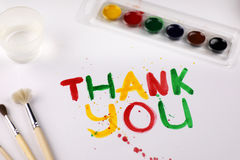 L'inscription sur la feuille de papier blanche avec des aquarelles vous remercient Photo libre de droits