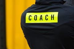 L'inscription sur la veste de sports d'entraîneur image stock