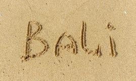 L'inscription sur le sable de Bali Temps de vacances, vacances de plage le sable de Bali Image libre de droits