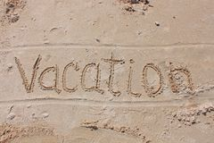 L'inscription sur le sable de plage - vacances photos libres de droits