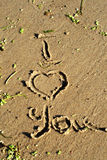 L'inscription sur le sable je t'aime image stock