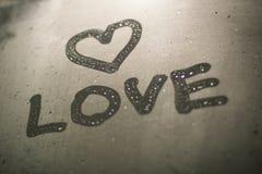 L'inscription sur le verre en sueur - amour et coeur, fond Image stock