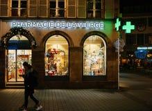 L'insegna al neon della farmacia di Pharmacie de la Vierge sul Natale decora Immagine Stock