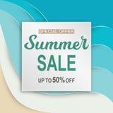 L'insegna di vendita dell'estate con carta ha tagliato la struttura sul mare blu illustrazione vettoriale