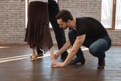 L'insegnamento attento dello strato di ballo ha invecchiato le coppie nella sala da ballo Fotografia Stock Libera da Diritti
