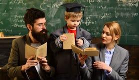 L'insegnamento del qualcun altro è il migliore modo imparare L'uomo barbuto è istitutore o insegnante Bambino della scuola matern fotografia stock libera da diritti
