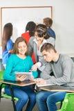 L'insegnante aiuta i suoi studenti Fotografie Stock