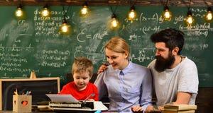 L'insegnante amichevole e lo studente sorridente adulto in aula, insegnante crea il senso della comunità e l'appartenenza nel Immagini Stock