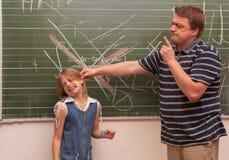L'insegnante arrabbiato disciplina una ragazza Immagini Stock Libere da Diritti
