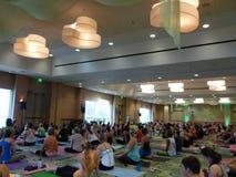 L'insegnante Baron Baptiste di yoga parla con studenti prima dell'inizio o Fotografie Stock