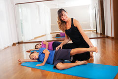 L'insegnante che spiega la giovane forma fisica dei ragazzi si esercita per equilibrare il corpo Fotografia Stock
