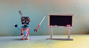 L'insegnante del robot spiega la teoria moderna Interno dell'aula con la lavagna nera vuota Fotografia Stock