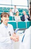 L'insegnante della medicina si congratula lo studente Fotografia Stock