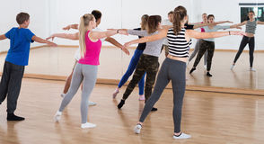 L'insegnante femminile di ballo dimostra la posizione Fotografia Stock Libera da Diritti