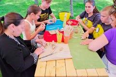 L'insegnante insegna ad un gruppo di bambini nel parco Fotografie Stock