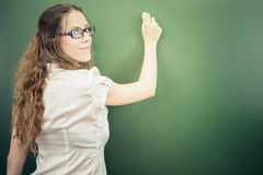 L'insegnante o lo studente ha scritto sulla lavagna con gesso all'aula Fotografie Stock Libere da Diritti