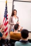 L'insegnante soddisfatto ha finito insegnare a ed i suoi studenti che applaudono l'ha Immagini Stock Libere da Diritti