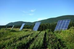 L'inseguitore solare riveste le montagne di pannelli rurali Immagine Stock Libera da Diritti