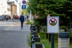 L'insieme dal lato della via è un segno che vieta i cani a roa immagine stock