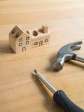 L'insieme degli strumenti e la casa di legno fatta a mano giocano. Fotografia Stock