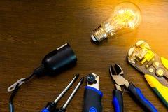 L'insieme degli strumenti più essenziale per gli elettricisti di riparazioni Fotografie Stock