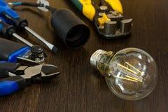 L'insieme degli strumenti più essenziale per gli elettricisti di riparazioni Fotografia Stock Libera da Diritti