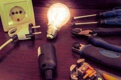 L'insieme degli strumenti più essenziale per gli elettricisti di riparazioni Immagini Stock Libere da Diritti