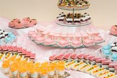 L'insieme dei dolci e dei dessert differenti dei dolci ha sistemato su un piatto Barra di caramella del partito Fotografia Stock Libera da Diritti