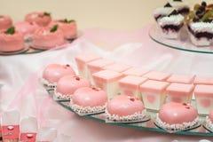 L'insieme dei dolci e dei dessert differenti dei dolci ha sistemato su un piatto Barra di caramella del partito Immagine Stock Libera da Diritti
