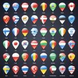 L'insieme dei puntatori di vetro della mappa con il mondo indica le bandiere Fotografie Stock