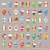 L'insieme dei puntatori piani della mappa con il mondo indica le bandiere Fotografia Stock Libera da Diritti