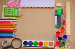 L'insieme dei rifornimenti stazionari della scuola per scrittura creativa ed il disegno, spazio della copia, ha tonificato la fot Fotografie Stock