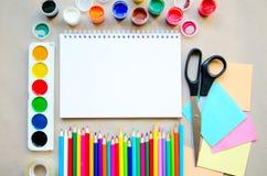 L'insieme dei rifornimenti stazionari della scuola per scrittura creativa ed il disegno, spazio della copia, ha tonificato la fot Fotografia Stock