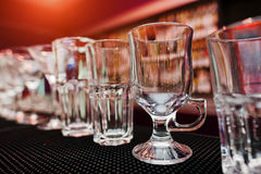 L'insieme dei vetri della tazza della raccolta per la barra beve Fotografia Stock