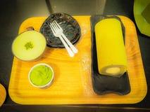 L'insieme del dolce del rotolo del tè verde, il caffè del latte del tè verde ed il gelato del tè verde in tè verde comperano all' Immagine Stock